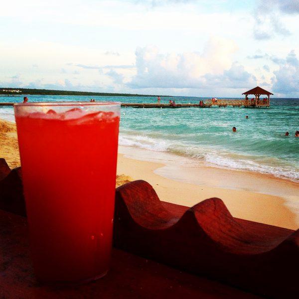 Cocktail coloré en front de mer en République Dominicaine