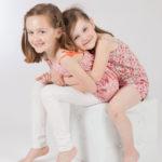 2 sœurs très câlines...